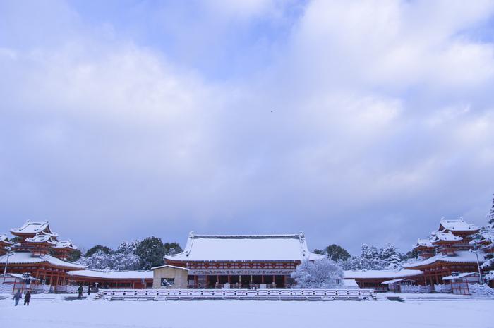 平安神宮もやっぱり雪景色がよく似合いますね。赤と白のコントラストが美しいです。無料で入れる区間だけではなく、「神苑」と呼ばれる美しい庭も巡ってみてはいかがでしょう!平安時代の建物を忠実に縮小再現しているので、境内を散策していると、なんだか平安時代にタイムスリップしたような感覚におちいります。