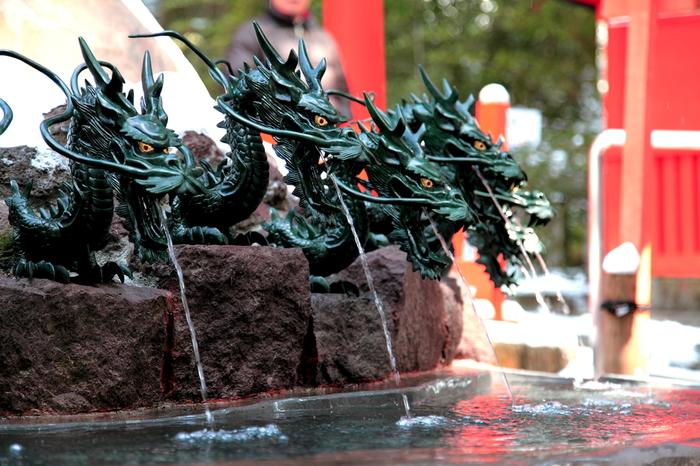 九頭龍神社の側の階段を降りたとこりには、ずらりと並んだ9つの龍。龍の口から水が流れ落ちているのは、境内から湧き出たご神水なんだそう。恋愛の神様を祀っていることから、このお水を飲むと恋愛運が上昇する!と話題なんだそうですよ♡お水は持ち帰り出来るように、専用のペットボトルも販売されています。