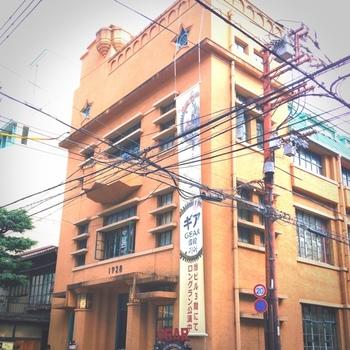 三条御幸町角にある、アールデコ風の「1928ビル」は、アーティスティックなアクセサリー屋さんやギャラリーなどが入っている、名前のとおり1928年に竣工された趣ある建築物です。