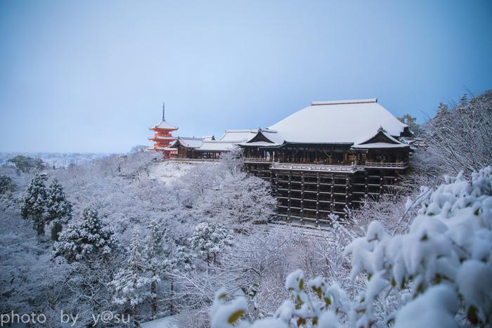 京都の人気の観光スポット清水寺。雪の日の清水寺はとてもロマンチックです。清水寺の一番の見所といったら、やっぱり「清水の舞台」で有名な本堂。崖下からの高さは18mもあり、舞台からは京都市内を一望することが出来ます。京都と言えば、紅葉の季節をイメージしがちですが、雪化粧された京都の街並みも、とても趣があって素敵です。