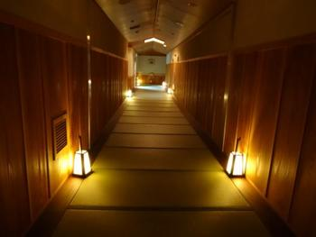 """女性ひとり旅で、重要なポイントがお宿。箱根登山ケーブルカーの終着駅から徒歩1分のところにある""""強羅花扇""""は、口コミで人気が広がった一度は訪れてみたい素敵なお宿です。館内は、ロビーからお部屋まで天然木の香りに包まれていて、まるで森林浴をしているような気分です。"""