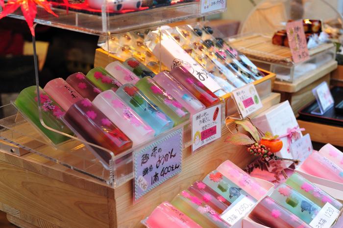 鎌倉駅からすぐの鎌倉小町通り。おしゃれなカフェやレストラン、雑貨屋が立ち並ぶ小町通りは散策するのにぴったりです。また、テイクアウト系のフードが目白押しなので、自由気ままに食べ歩きしてみてはいかがでしょう♪