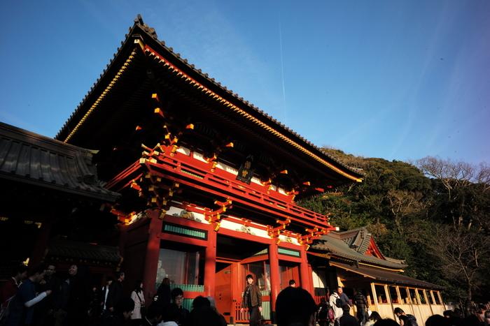 小町通りを抜けた先には、鎌倉の代名詞、鶴岡八幡宮があります。鎌倉や横浜に住む人々の厄除け、七五三、初詣などのお参り先として「八幡さま」の名で昔から親しまれている人気スポット。