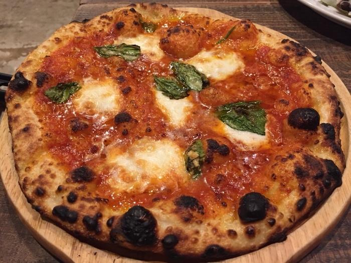サラサ3のおすすめは、自家製ピザ! ボリュームたっぷりです。その他、パスタなどのメニューもたっぷりの盛り付けで出てくるので、お腹いっぱい食べられますよ。お酒やソフトドリンクのメニューも充実しています。
