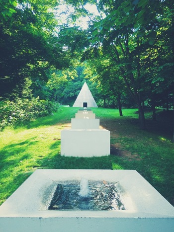 札幌芸術の森美術館 /北海道札幌市・・・ 「見る」「作る」「使う」「食べる」「見つける」が全部楽しめる、自然とアートを一緒に楽しめる芸術複合施設です。広大な野外美術館で彫刻たちとのおしゃべりを楽しんだ後は、ミュージアムカフェ「カフェ・ラ・フォリア」でくつろぎのひとときを!
