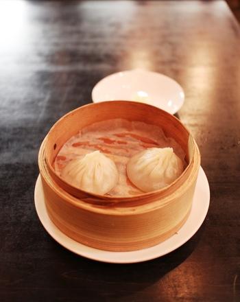 魏飯夷堂三条店の人気メニューは小龍包です。小龍包4種盛りはランチタイムにも注文することができます。ランチセットは、メイン料理に、サラダやライス、スープなどがついています。週代わりランチもおすすめですよ!