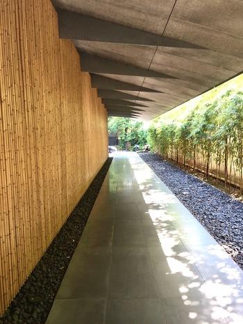 根津美術館 / 東京都港区・・・東京都内に都会のオアシスともいわれる日本庭園の散策ができる美術館。貴重な古美術を所蔵しています。1階庭園口から石畳の小径を進み樹々の中へ入ると、4つの茶席やさまざまな石造物のある八景と、都会にいながら四季の移ろいが楽しめる場所。館内にある「 NEZU CAFE 」は落ち着きのある雰囲気。大人の隠れ家的なカフェです。
