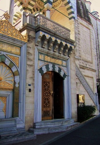 玄関。工芸品のように美しい木の扉を開けて、中に入ります。 建物の1階には「トルコ文化センター」の事務室やおみやげコーナー、音楽会や講座を開催するための多目的ホールがあります。