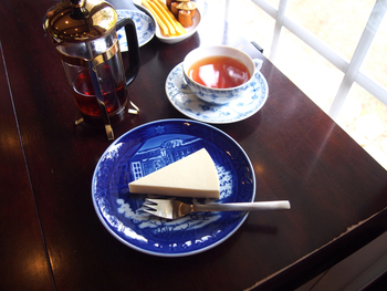 ☆★「Cafe 安曇野文庫」・・・緑豊かな安曇野で、美術鑑賞の後のロイヤルコペンハーゲンのカップでいただく紅茶は、ロイヤルブルーに染まる至福の時間。
