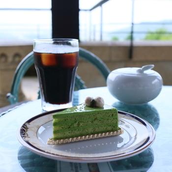 落ち着きのあるインテリアと解放感のあるテラス。コーヒーの香りと、美味しいケーキが、旅の疲れをホッと癒してくれます。