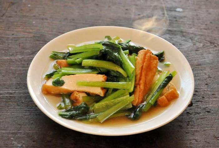 下茹でせずにそのまま煮汁に放り込める、小松菜だからこその時短料理!具材に煮汁がじんわりしみこんで、ほっとする味わいです。