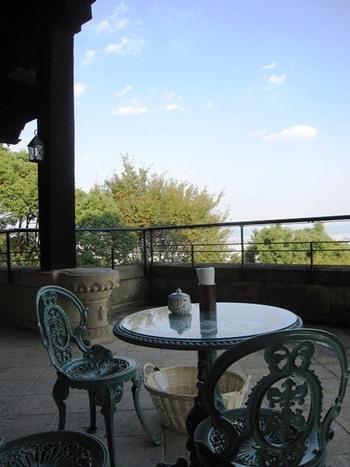 ☆★「大山崎山荘喫茶室」・・・天王山南麓に建つ山荘2階の喫茶室は、鹿鳴館を思わせるレトロな雰囲気。そのテラスでは、飲み物とケーキが楽しめます。貴重な名建築である山荘には当時の著名人や夏目漱石を始め文化人たちの社交の場でもありました。