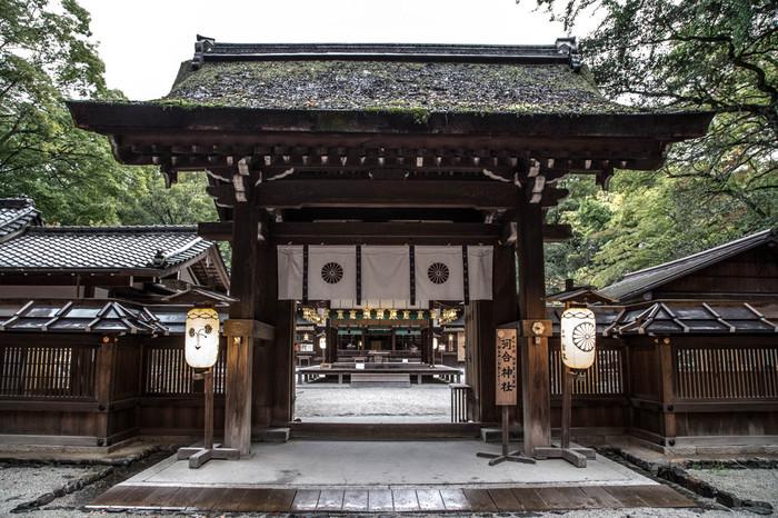 """「河合神社」の神門。神門をくぐると、境内中央に舞殿。その右手奥に鴨長明が晩年暮らした""""方丈""""の庵のレプリカがあります。"""