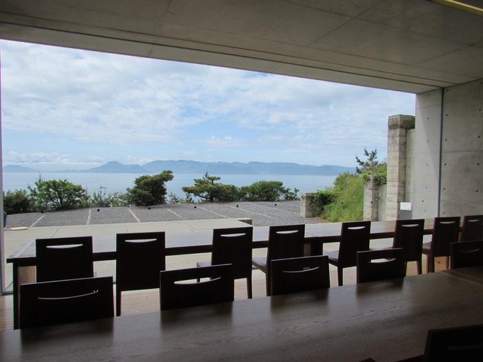 ☆★「地中カフェ」・・・自然を感じることができる解放感。屋外スペースも設けています。地中にあるこの美術館の中で、カフェに足を踏み入れると突然、眼下に瀬戸内海の景色が広がります。ここに座ってフェリーを眺めれば時間がたつのも忘れてしまいますね。