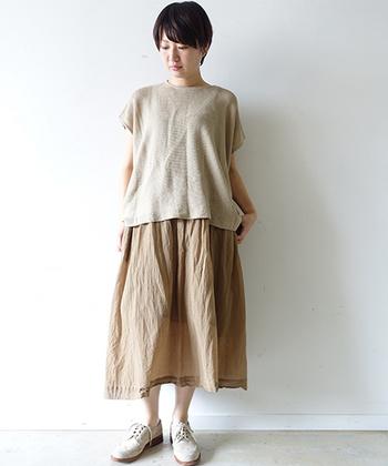 モカベージュの春のスカート。素材感で春らしさを出して、トップスとのグラデーションも楽しんで。