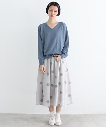 まるで小石が並んでいるようなグレーのドットのスカートは、実は背景色がうっすらピンク色。ブルーグレーのトップスと一緒にちょっぴりアンニュイな春の一日を楽しんで。