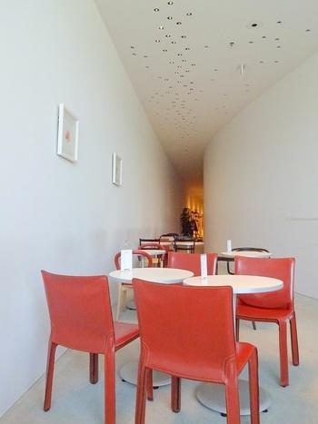 ホキ美術館ミュージアムカフェ/ 千葉県・・・地下1階にあるミュージアムカフェは白を基調とした空間に様々なデザイナーズチェアがあり、スタイリッシュな座り心地を楽しみながらひと息つけそうなカフェです。