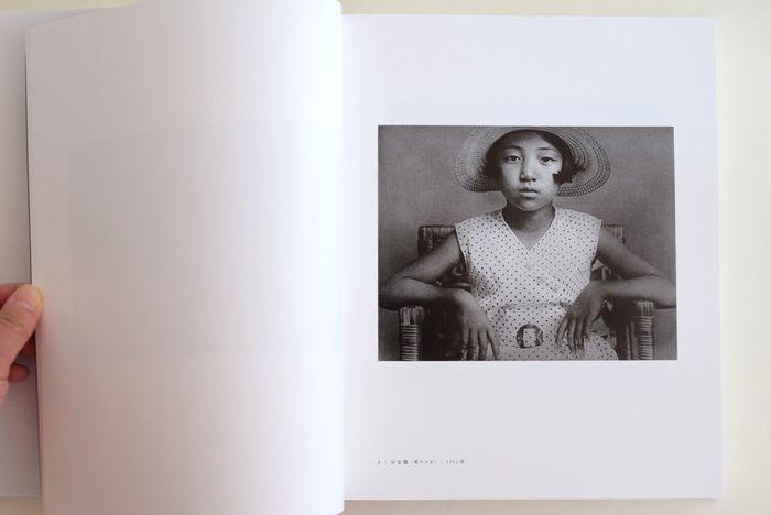 本書には「童歴」・「小さい伝記」・「風景の光景」・「音のない記憶」など、代表的な主要作品をはじめ、単行本未収録作品も数多く掲載されています。懐かしさと新しさが同居する植田さんの写真は、時代を経ても色あせることなく、今もなお見る者に新鮮なインパクトを与えます。