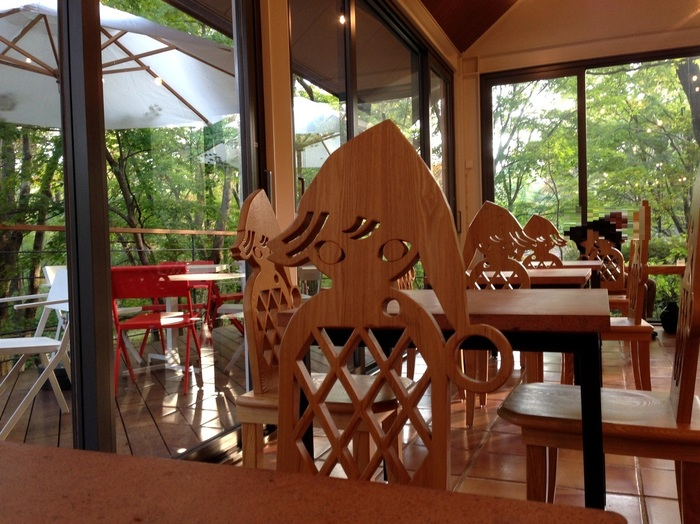 ☆★「ミュージアム・カフェ」 / 光ふりそそぐテラスのあるカフェでは人気の『コーヒーアフォガード』『チョコパンケーキ』などのスイーツを楽しみながら、木のぬくもりを感じるテーブルと椅子が心地よいひとときです。椅子の背が女の子の影の形をしていて可愛いですね!