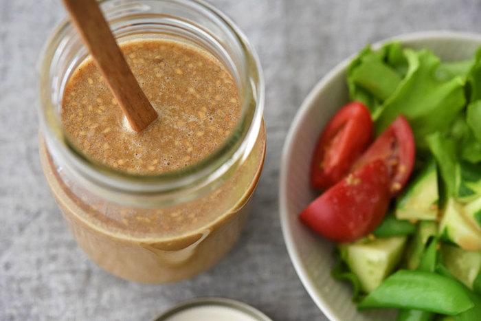 ねりごまとすりごまの両方を使って、ごまの風味をしっかりと生かしています。生野菜のサラダはもちろん、温野菜や冷しゃぶにかけても◎です。