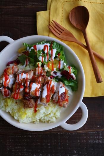 """とても簡単に作れるのに、ボリュームも満点でお腹も大満足な""""チキンオーバーライス""""。ワンプレートなので作ってお弁当にするのも良さそうですね♡"""