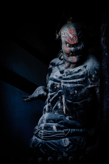 中門を守るように安置されている金剛力士像は、日本最古の金象力士像で、奈良時代に造られたものです。