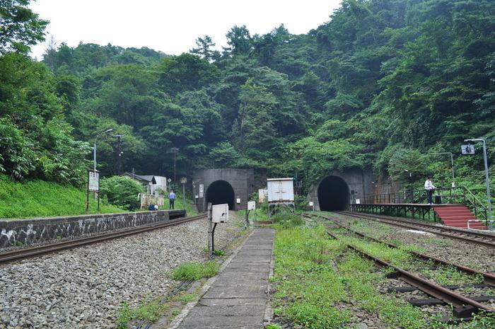 礼文華トンネルと新辺加牛トンネルに挟まれた小幌駅の周囲は断崖絶壁となっています。しんと静かな駅のホームは、人里から遠く離れており、人が訪れることを拒むような不思議な雰囲気が漂っています。
