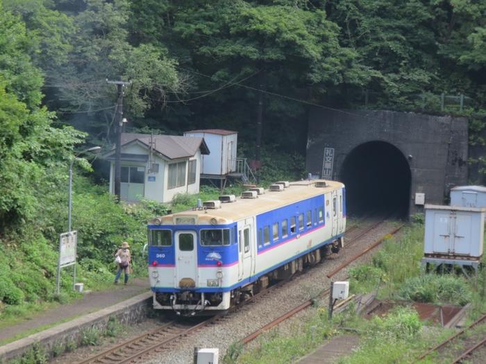 わずか1両編成の列車は電化されていないディーゼル列車です。小さな列車と、山間部にひっそりと佇む静かな秘境駅が融和し、小幌駅は、開業当時の70年前から時間が止まってしまっているかのような雰囲気を醸し出しています。