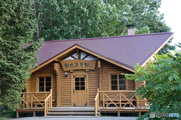 赤い屋根をしたログハウス調の駅舎は可愛らしく、駅周辺の自然とよく調和しています。