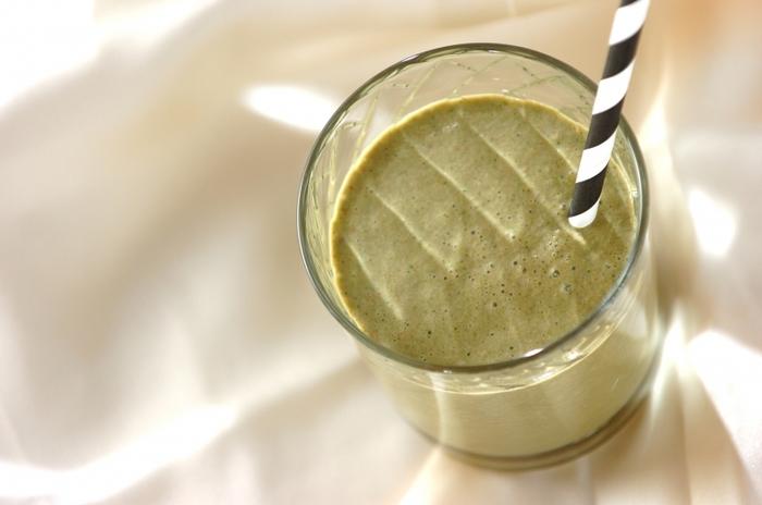 小松菜と枝豆、アーモンド、チョコレートアイス、牛乳で作るスムージーは野菜嫌いの子でも美味しくいただけそう。