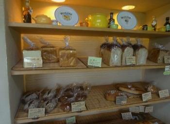 パンは60種類ほどが並びます。自家製酵母が使われるパンは、ハード系のパンの一部、パン・ド・カンパーニュ、マインツ・ブロートなど。
