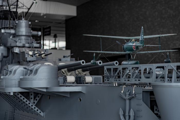 大和ミュージアム(呉市海事歴史科学館)では、 戦艦大和の10分の1模型(全長26m)や、実際に使用されたゼロ戦、潜水艇の実物など、見ごたえのある様々な展示があり、平和の大切さや科学技術の素晴らしさを学ぶことができます。