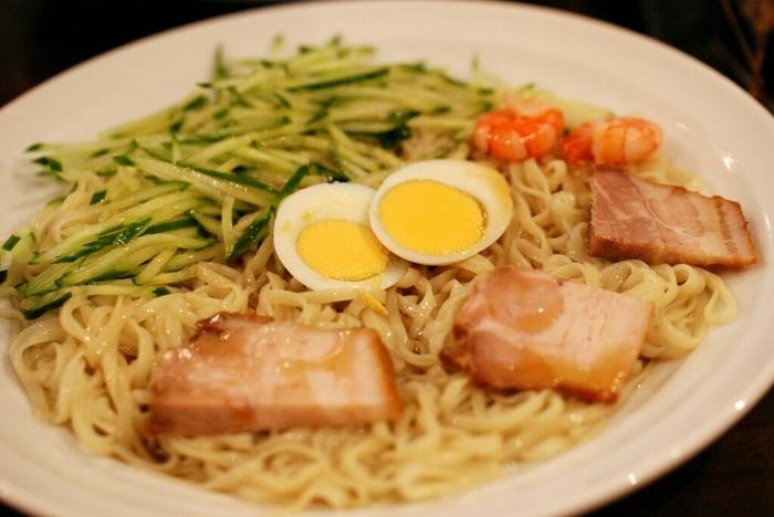 呉で行列ができる人気店「珍来軒」の呉冷麺が人気。 ハムじゃなくてチャーシューがのっています。