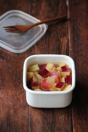 こちらはレモンを使った「さつまいもとりんごのレモン煮」です。作り置きもできるので、常備菜として用意しておくといいですね!レモンの酸味はお肉との相性もいいので、炒め物に添えると味のバランスもよくなります。