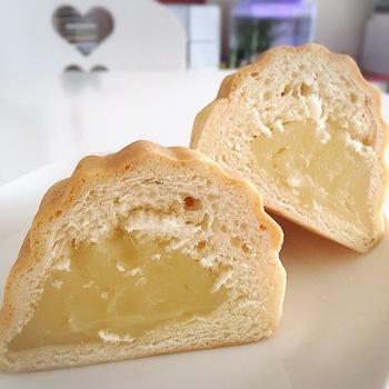 呉の名物「メロンパン 本店」のメロンパン。 一般的なメロンパンのイメージとは違い、アーモンド型をしています。 しかも、ふわふわの生地の中にはもっちりした独特のカスタードクリームがずっしり入っています。 ここで売られているナナパンやこしあんパンも大人気♪