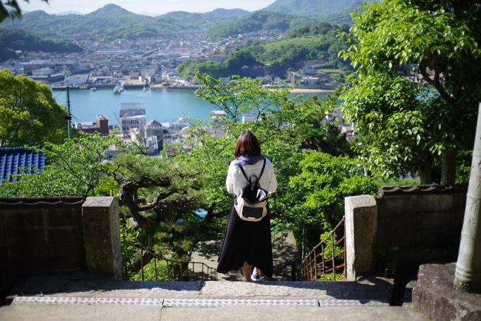 """尾道は、坂の町・猫の町・映画の町と、いろんな角度から楽しめて、どこを切り取っても絵になる港町。  最近では、「しまなみ海道」沿線の島々で構成された""""しまなみエリア""""も、サイクリングやウォーキングの人気コースとして注目を集めています。"""