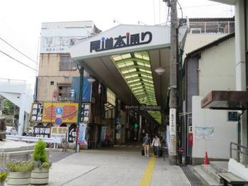 「本通り商店街」も必見。  懐かしい雰囲気の中に、古民家を再生したおしゃれなカフェやパン屋さん、雑貨屋さんなど、一通り歩いてみるとユニークな発見がたくさん♪