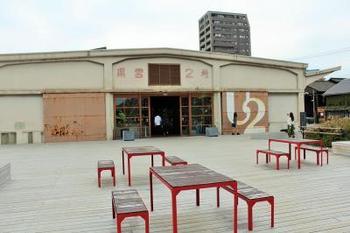 海運倉庫を改装して作られた「OnomichiU2」は、サイクリスト専用ホテルを主軸に、レストランやセレクトショップ、ギャラリーなどが入った複合施設。  ベーカリーの手作りパンを食べながら、目の前に尾道水道を望むテラスでのんびり過ごすのもおすすめ♪