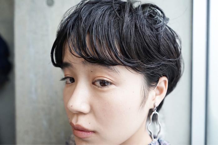 ボーイッシュになりがちなベリーショートも、トップの髪をふんわり巻き髪にすることで女性らしいやわらかい印象に。