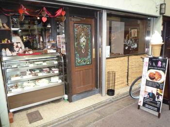 日本らしい商店街の中でパッと目を引くアールデコ調のレトロな外観のカフェ「らん布袋」は、カナダ出身の茶道家、ランディー・チャネル宗榮氏がオープンしたお店です。