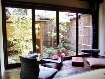和洋折衷のレトロな雰囲気の店内で、ゆっくりとお抹茶や抹茶スイーツなどをいただけます。窓の外からは日本の風情が感じられるお庭を見ることができます。