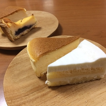 時々無性に食べたくなるチーズケーキ。ベイクドチーズケーキ、スフレタイプ、レアチーズケーキなど、作り方でも味わいが全く異なり、でも全部美味しい! そんなチーズケーキは初心者でもつくりやすいのもポイント。今回は、色々なチーズケーキをご紹介しましょう。