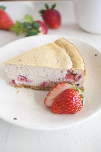 イチゴジャムを入れた、ほんのりピンク色のチーズケーキ。生クリームは使わないので、ヘルシーです。