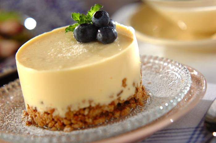基本のレアチーズケーキはマスターしたいところ。セルクルでつくれば、おもてなしにぴったりのデザートに。素敵な見た目で手作りには見えません。