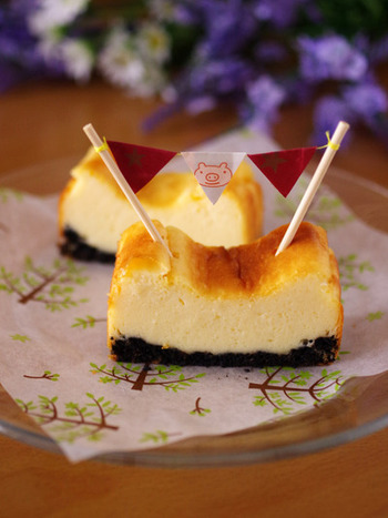 クリームチーズ、生クリーム、砂糖、卵とホットケーキミックスでお手軽チーズケーキはいかが? 土台のクッキーは、オレオを使うとツートンカラーがとってもおしゃれ。