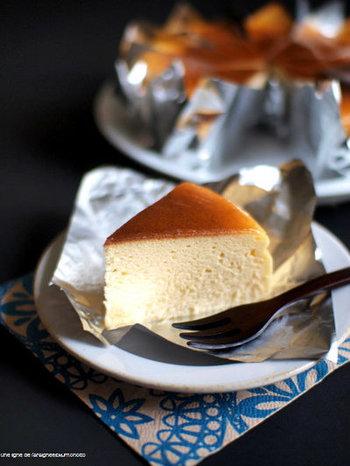昔はじめて食べたチーズケーキは、口に入れるとしゅわっと溶ける、こんなスフレチーズケーキでした。独特の食感の秘密は、焼き方。160℃のオーブンで10分焼き上げたあと、140℃に下げてぬるま湯をはって50分焼き上げます。