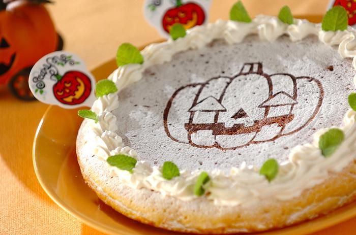 ハロウィンに作りたいかぼちゃ入りのチーズケーキ。子ども達が喜びそう! フライパンで焼き上げるので、オーブンが無くても大丈夫。材料の「なかない粉糖」とは、溶けない粉糖の意味です。
