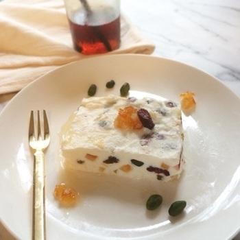 イタリア風チーズアイスケーキ カッサータ。ドライフルーツやナッツが入って見た目も食感も楽しい♪ リコッタチーズの代わりに、マスカルポーネでもつくれます。