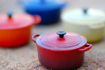 火を切っても、お鍋は蓋をしている限り80度程度の温度を長時間保ちます。 普通のお鍋でも作れますが、より温度が均一に伝わり冷めにくいホーロー製鍋がベスト。 ストウブ、ルクルーゼ、バーミキュラなどは上手にできあがります。