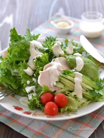 淡泊な鶏ハムは、シーザードレッシングとも相性抜群! お好みの野菜と一緒にモリモリいただきましょう。